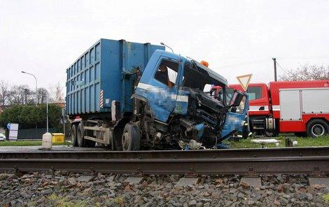 Řidič náklaďáku zůstal v autě zaklíněný.