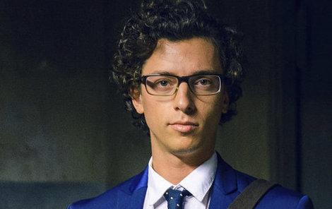 Jan Cina coby koncipient v advokátní kancelář Jiří Mladý v seriálu Dáma a Král