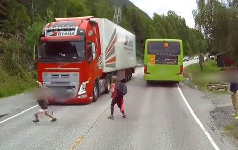 Neznámému hrdinovi do cesty vběhl malý školák, řidič ale dokázal nemožné a doslova na fleku soupravu zastavil! Dítě se tak znovu narodilo...