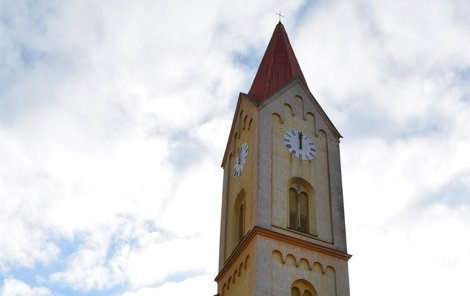 Rekonstrukce kostela probíhá už od roku 2006. Kostel už má nová okna.