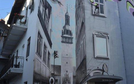 Umělci namalovali na zeď ve vnitrobloku ve Václavské ulici brněnskou radnici.