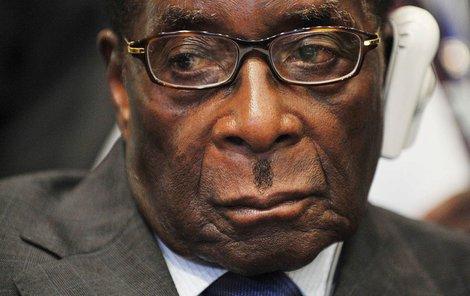 Robertu Mugabemu je už 93 let a okolí moc nevnímá.
