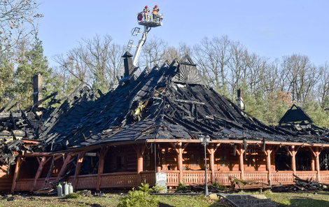 Budovu i vybavení vzaly plameny.