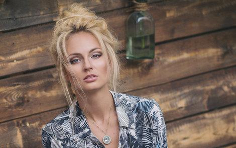 Česká Miss Earth 2012 musí na sexy focení na chvíli zapomenout.