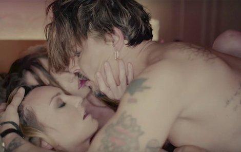 Klip k písni Kill4Me, v němž si zahrál jeho dlouholetý kámoš Johnny Depp (54).