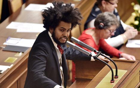 Nováčci si stěžují i na afro účes kolegy Ferriho!