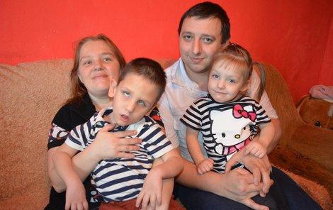 Saška s milující maminkou Janou, tatínkem Petrem a sestřičkou Verunkou.