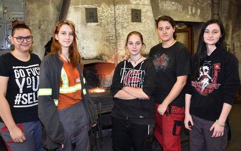 To jsou ony. Adeptky na kovářky (zleva doprava): Tereza Anderlová (17), Johana Melchrová (17), Simona Holá (17), Linda Novotná (19) a Kateřina Slámová (16).