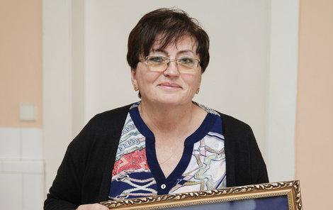 Paní Marie Dočekalová ukazuje vyšívaný betlém