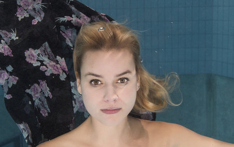Patricie Solaříková neměla s potápěním před fotoaparátem problém.