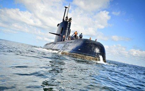 Do útrob už 14 dní pohřešované argentinské vojenské ponorky ARA San Juan pronikla voda, která zapříčinila zkrat jedné z baterií a následný požár.