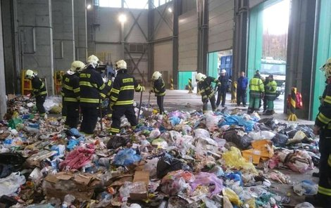 Hasiči prohledali odpadky z popelářského vozu.