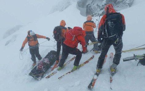 Přivolaní záchranáři už dvojici Čechů nemohli pomoci. Jejich těla svezli z horského hřebene.