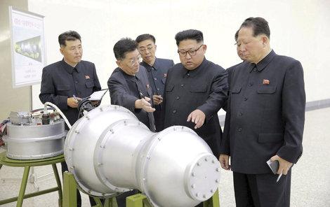 Kim Čong-un obdivuje svou raketu.