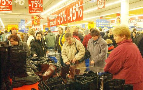 O svátcích bude zavřeno, po nich vypukne v obchodech chaos. Odstartují totiž povánoční slevy.