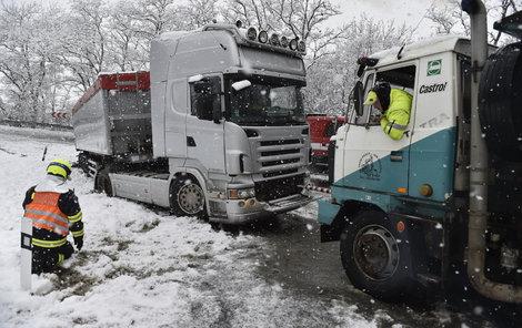 U Mikulova sjel kamion kvůli náledí mimo silnici a zablokoval ji.