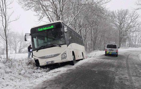 Autobus sjel v zatáčce částečně do příkopu.