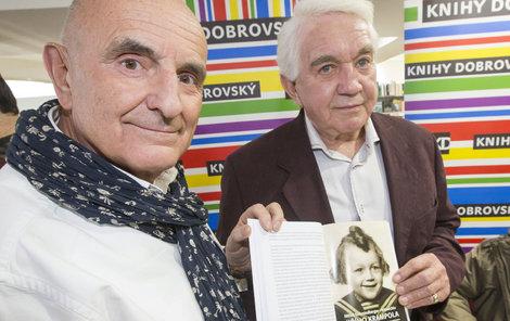 Jirka ukazuje jednu z mála fotek, které nefotil Miloš Schmiedberger.