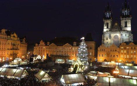 Osvětlené jsou celé vánoční trhy.