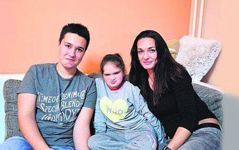 Když se Anitka narodila vážila dva kilogramy, nyní má 33 kg. I je jí 15 let, vypadá na sedm a rozumově je jako roční dítě. Milující maminka Jarmila s dcerou a synem Danielem, který jí je velkou oporou.