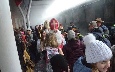 Vlakovou četu speciálního parního vlaku tvořili čerti, mikulášové a andělé.