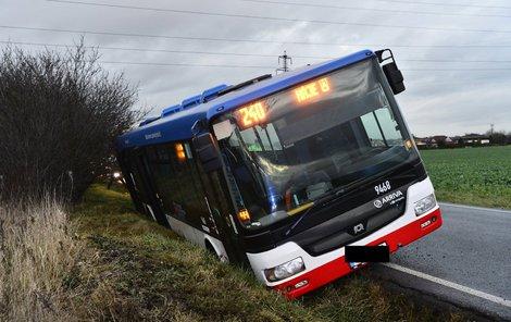 Autobus se převrátil i s lidmi.