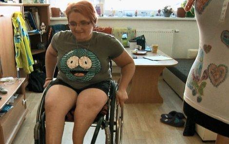 Petra je odkázaná na invalidní vozík.