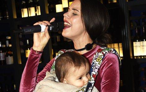 Tomešové syn jen na mámino zpívání evidentně zvyklý.
