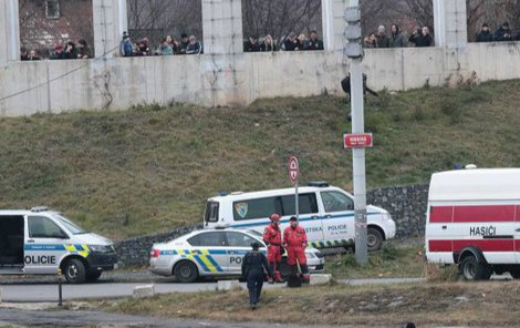 Kvůli nebezpečí úrazu demolici hlídá policie.