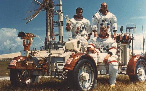 Posádka letu s vozítkem Moon rover. (Zleva) Harrison Schmitt, Ronald Evans a pod nimi velitel Eugene Cernan.