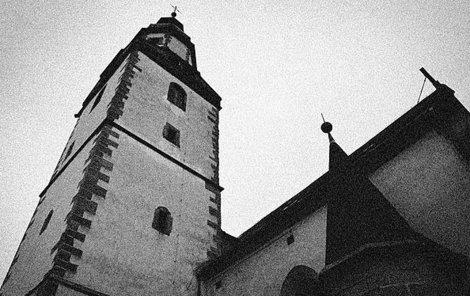 Dívka zřejmě chtěla skočit z kostelní věže.