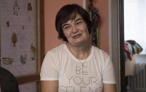 Alena Kosmáková (44) v obývací kuchyni svého domu v Újezdě u Brna.