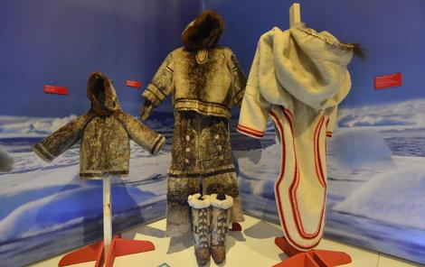 Eskymáci na severu v Arktidě, kde teploty padají až k – 40 stupňům, si na sebe berou oděvy o větším počtu vrstev.