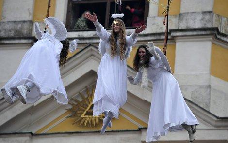 Andělé rozdávají pozdravy, které každého z návštěvníků zahřejí u srdíčka.