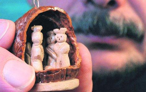 Tento unikátní vlašský ořech s pěti vyřezanými figurkami byl nalezen na pokladně. Autor o slávu nestojí.