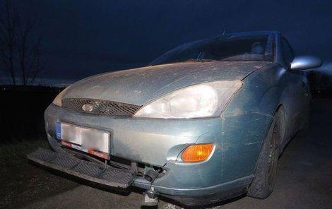 Ford Focus měl od směrových sloupků poničený předek.