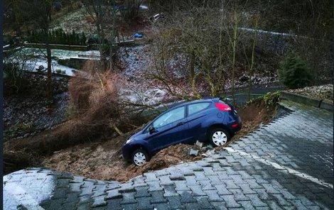 Vůz zůstal viset ve svahu.