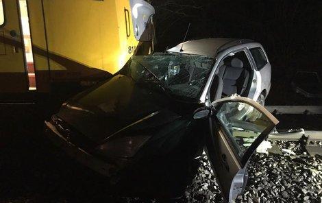 Řidiče museli z havarovaného auta vyprostit hasiči.