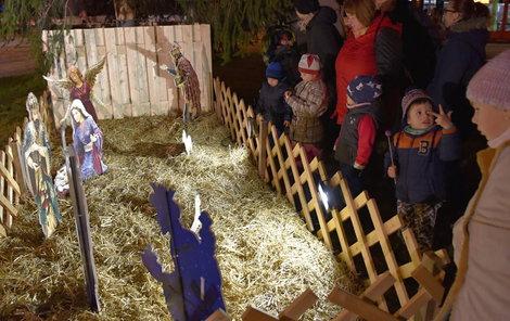 28. listopadu 2017 Praha 8, Elsnicovo náměstí Betlém v Libni nejvíce obdivovaly děti.