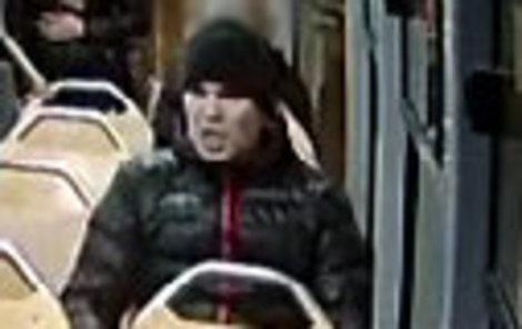 Mlátil muže v tramvaji lahví a pěstí ...útok zastavila cestující s pistolí