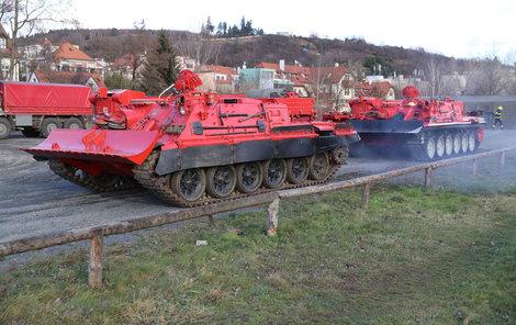 Vyprošťovací tanky dorazily ze Zbirohu a Hlučína.