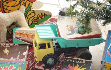 Vánoční dárky pod stromečkem v době socialismu