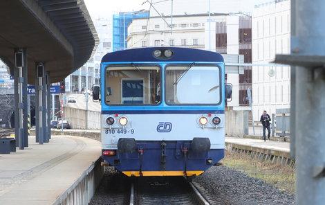 Vlak zůstal po nehodě stát na koleji.