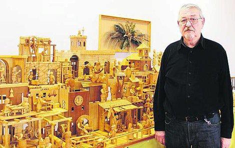 Jan Vysloužil u svého díla. Postavičky vyřezává z lipového dřeva.