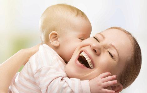 Maminkám na mateřské by měl už brzy stát navýšit příspěvek, budou moct dětem pořídit víc potřebných věcí.