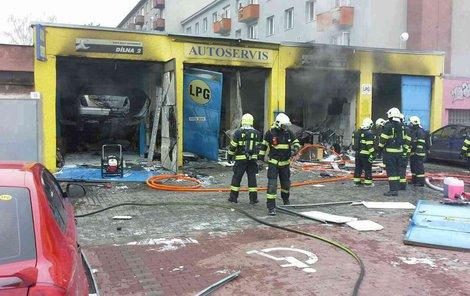 Výbuch a požár v autoservisu!
