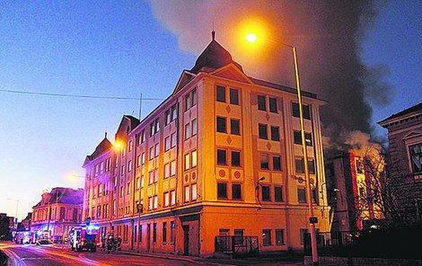 V Krnově na Bruntálsku včera hořela budova bývalé textilky Karnola.