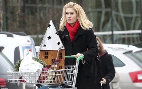 Když není zrovna v nemocnici, nakupuje vánoční dekorace pro dcery Aničku (9) a Evu Marii (2).