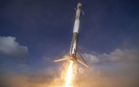 Raketa Falcon 9 odstartovala z Vandenbergovy základny poblíž Los Angeles.
