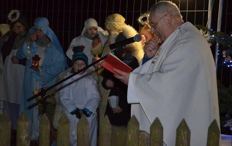 Mši svatou vedl pod širým nebem u vyhořelého kostela v Třinci-Gutech farář Kazimierz Płachta.
